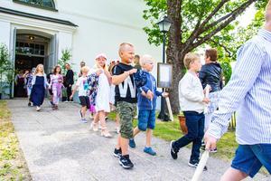 Ut ur kyrkan och in i sommaren sprang Rengsjöeleverna.