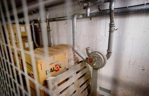 Ventilationssystemet i skyddsrummet kan skapa ett övertryck för att hålla farliga gaser ute. Systemet kan drivas manuellt med vevar. I kartongerna ligger luftfilter redo att monteras.