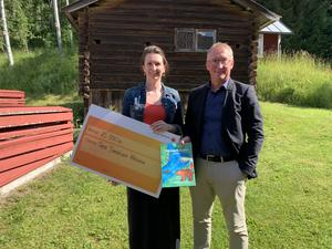 Sara Källström med checken från Bjursås Sparbank.
