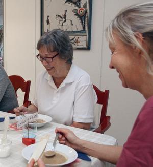 Ingalill Zetterström tycker om lunchen tillsammans med andra deltagare och personal. Utan dagverksamheten hade hon suttit ensam hemma, berättar hon.
