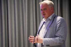Att besluta om ett nybygge av en jätteförskola i tider då regeringen uppmanar oss att inte samlas i större grupper är ingen bra lösning, skriver Fredrik Röjd (LB).