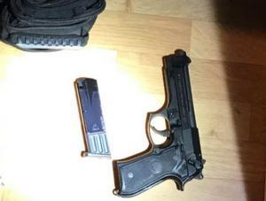 Två män misstänks för grovt vapenbrott efter att en pistol hittades under  en husrannsakan i Torvalla. Foto: Polisen