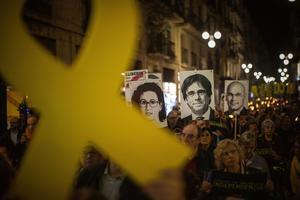 Katalaner demonstrerar med porträtt på  den tidigare regioniala ledaren Carles Puigdemont, som gått i landsflykt i Belgien.