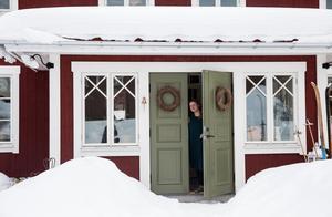 Fasaden var viktig. Huset är byggt i lösvirke, med smala höga fönster på bottenvåningen, och låga breda på andra våningen.