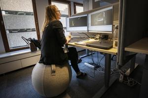 I WSP:s nya lokaler finns både fullt utrustade flexplatser plus ett mindre antal touch down-platser för kortare  arbetspass. Anneli Josefsson som är projektör och huvudskyddsombud har bytt ut stolen mot en balansboll.