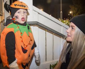 Levi Hamberg, 3 år, var utklädd till pumpa. Det var hans första lopp och han fick moraliskt stöd av mamma Caroline Högman.