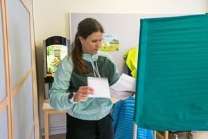 Erica Ajax klistrade igen valkuveretet  med valsedeln för det parti hon valt, och med röstkortet i handen lämnade hon valbåset.