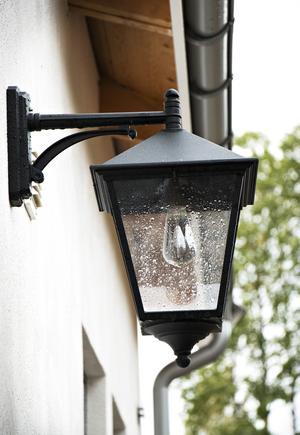 Belysningen vid entrén påminner om gamla gatlyktor.