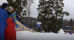 Ebba Andersson plogar inför näst sista nedförsbacken. Foto: SVT