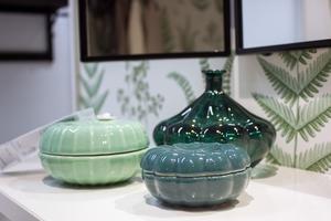 Små dekorationsskålar i gröna nyanser.