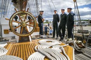 Ombord på Falken bedrivs utbildning med inriktning på sjömanskap och praktisk navigation. Teoretiska lektioner varvas med praktik uppe på däck.