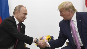 Ryssland president Vladimir Putin och USA:s president Donald Trump skakade hand under G-20 mötet i Japan förra året. Foto: Susan Walsh / AP