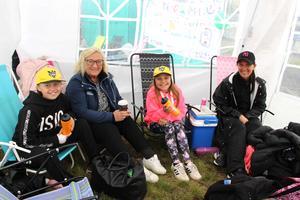 Klass 4 på Rotskärsskolan hade ordnat med tält. Mysigt  tyckte Moa Rantala, Mervi Rantala, Leia Rantala och Jenny Wennberg