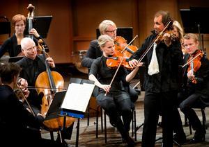 Gilles Apap - av en de lyckade kontakter Lennart Åkermark har knutit genom åren. I åtta år var han konstnärlig rådgivare för Nordiska Kammarorkestern och publik älskar honom.