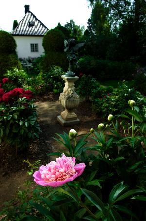 Hilda Munthe lät anlägga en trädgård kring Stengården, som kallas Hildasholm.