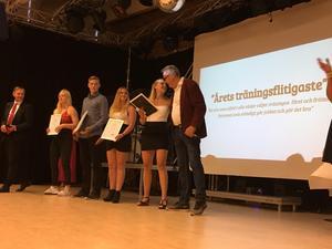 Erik Pihlgren, idrottslärare för friidrotten, ger Jonna Claesson pris för årets träningsflit.