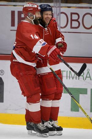 Niklas Nordgren och Sebastian Lauritzen jublar efter ett av målen.