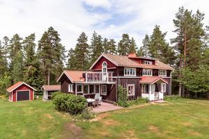 Fastighet med unikt läge i eftertraktat område. Utsiktsvy över sjön Runn. En gedigen och rustik villa med anor från 1870-talet som byggts om och till i två omgångar (2005/2014).  Foto: Kristofer Skog.