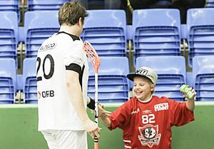 Johannes Sigvardsson är en populär profil hos FBC Bollnäs, här får han kardan av en ung supporter efter ännu ett stiligt (och udda) mål.