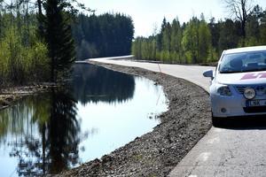 Längs väg 344 mellan Hammerdal och Överammer har vattnet längs båda sidor börjat krypa upp mot vägbanken på flera platser.