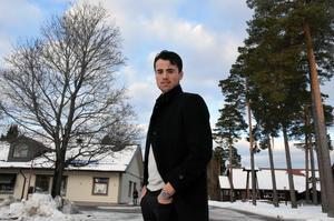 Alen Bibic på besök hemma i Rättvik. Rögle har spelat färdigt för säsongen, men har redan dragit i gång försäsongen. För Bibic innebär det en hektiskt tid med träningar, högskolestudier och deltidsarbete på ett byggföretag.