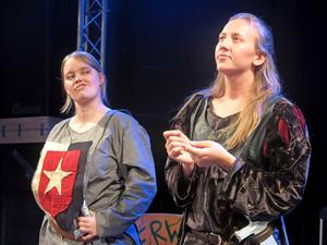 Ebba Pettersson som Guy of Gisbourne och Nicolina Palmcrantz som sheriffen.