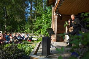 När Lasse Berghagen besökte Freluga förra sommaren kom runt 3 000. Nu kommer han till Ljusne.