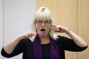 Karin Eklundh växlar mellan sugören och gropen vid örat under uppvärmningen.
