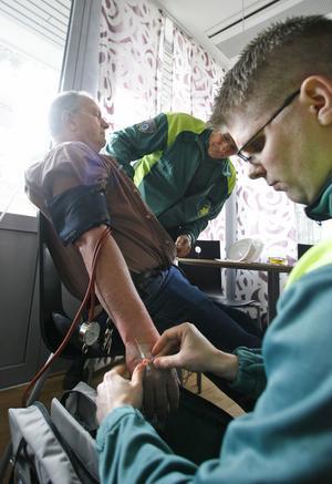 Direkt när ambulanspersonalen träffar Stig, sätts en kanyl att ge läkemedel genom.