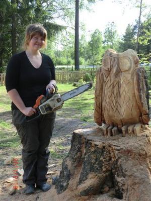 Sara Barnard, gjorde med motorsåg en uggla av björkstubben. Bild: Privat