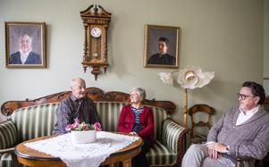 Paret Grön och Leif Nyqvist har satt sig i salen för att minnas och berätta om  Lögdö herrgård.