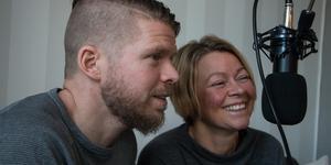 Christian Länk och Carola Snar spelar in sin podd och publicerar den inom en timme.