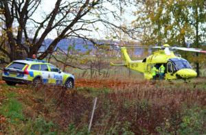 Ambulans och en helikopter tillkallades, men mannens liv gick inte att rädda och han konstaterades avliden på plats.
