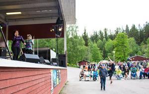 Nightshine från Borlänge får igång en del av publiken med diskopop-låten