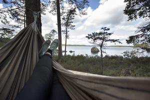 Man kan ligga i tältet eller i hängmattan och kolla in utsikten.
