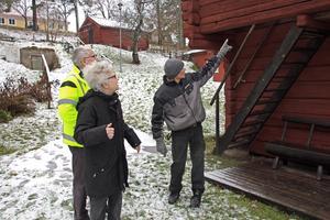 Mats Josefsson, Sylvia Lundewall och Nils Karlsson i samspråk om inbrotten på gammelgården.