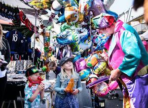 Melker och Malva Persson fick varsin ballongdjur av clownen.