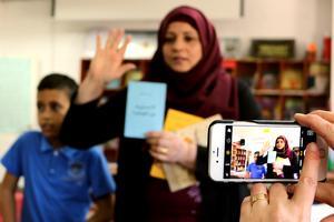 Hon visar barnen omvärlden med böckernas hjälp. Mariam Mámmar jobbar som volontär på barnbiblioteket i Battir.