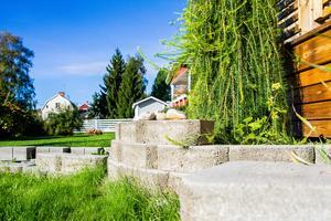 Varför bygga ett staket mot grannens tomt när du istället kan bygga en mur?