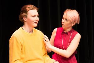 Pauline Eriksson och Joel Mannela som Linn och Tristan i