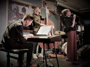 Amanda Ginsburg var ett riktigt charmtroll när hon på torsdagskvällen i huvudsakligen egna, svensktextade låtar framträdde för jazzpubliken på Marité i Östersund. Här tillsammans med pianisten Filip Ekestubbe och basisten Ludvig Eriksson.