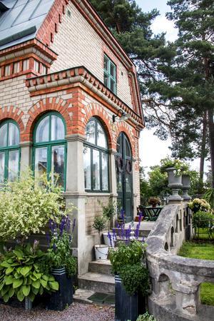Ugnsmuraren Viktor Persson tog verkligen tillfälle att briljera när han byggde sitt tegelhus på Klangberget.