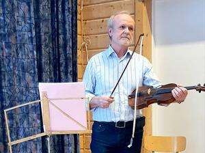 Bertil Jonsson med sin felande fela. Foto: Loulou Westlund