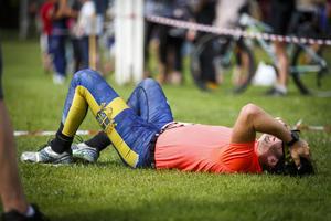 Magnus Migdal ligger på gräsmattan efter han passerade mållinjen.