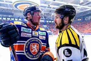Simon Bertilsson spelade med en spricka i foten under slutspelet, som här mot Växjö och Martin Lundberg.Akrivbild: Jonas Ljungdahl /Bildbyrån