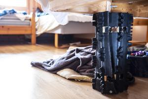 Flera av sängarnas ben är ihopsnurrade skotermattor.