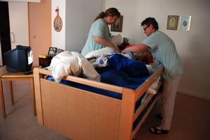Undersköterskor jobbar med den rena grundläggande vården av patienterna - på samma arbetsplatser som de mer specialiserade sjuksköterskorna.