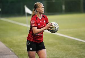 Amanda Källström tog hand om inkasten, och mycket annat på mittfältet, under sin första seniorsäsong med Edsbyns IF i division 2.