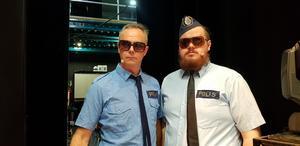 Poliserna Hans Qviström och Gustav Asplund får rycka ut när Owe Lidemalm och Lotta Köhlin röker på.