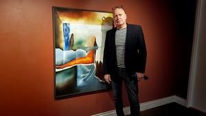 """Åke Törnqvist höll på att måla och såg plötsligt att det från målningen stack fram en häst som tittade på honom. Han förtydligade hästen: Sedan såg jag en solklar vinge. Jag la till några kantiga linjer och tavlan var klar: """"Pegasus förlorade vinge"""", säger han."""